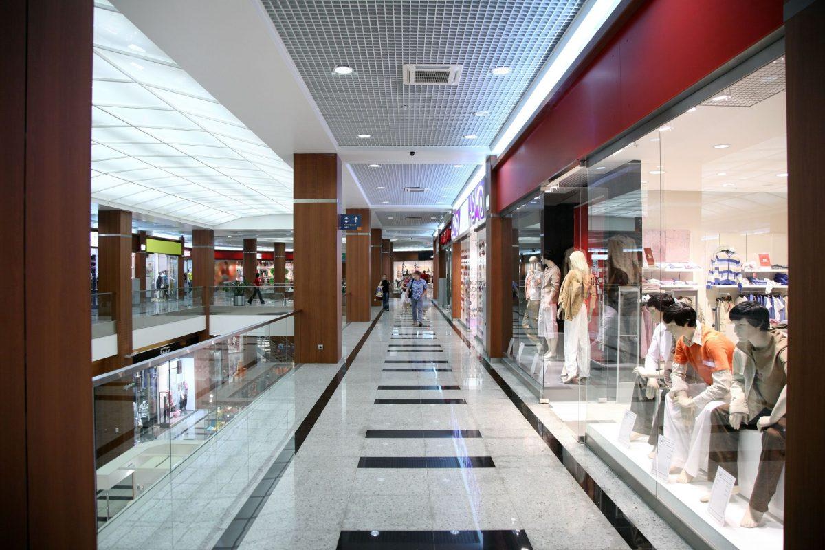 إيطاليا - مركز تسوق لا كورت لومباردا